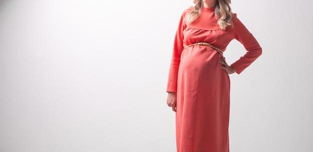 Femme enceinte sur l'espace de fond de mur blanc pour le texte