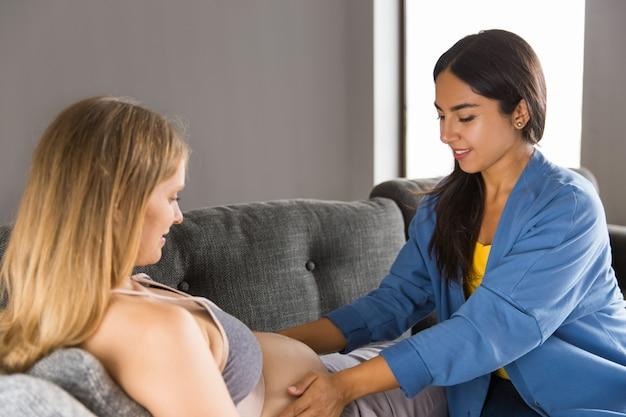 Femme enceinte examinée à la maison