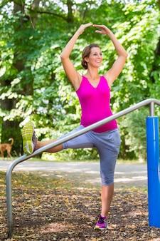 Femme enceinte, faire du yoga de grossesse sur piste de remise en forme