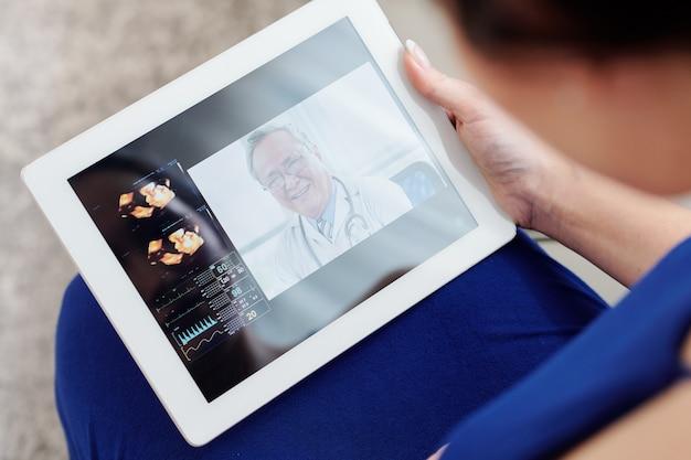 Femme enceinte gynécologue de vidéoconférence