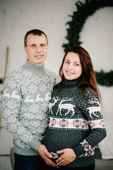 Femme enceinte et homme en pulls doux
