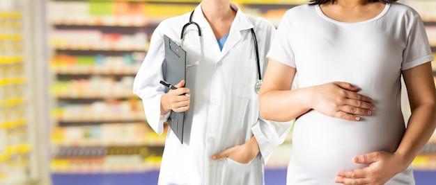 Femme enceinte et médecin gynécologue à l'hôpital