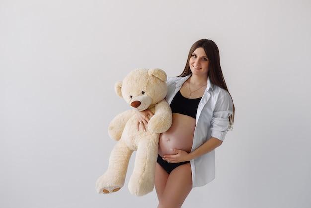 Une femme enceinte avec une peluche