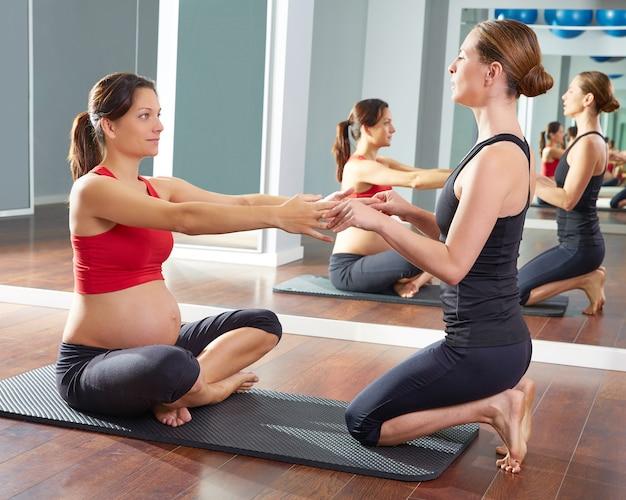 Femme enceinte pilates exercice au gymnase