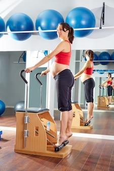 Femme enceinte pilates exercice d'étirement du tendon