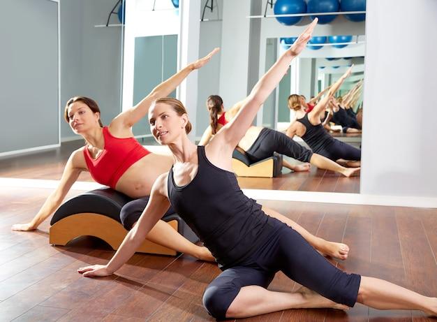 Femme enceinte pilates exercice d'étirement