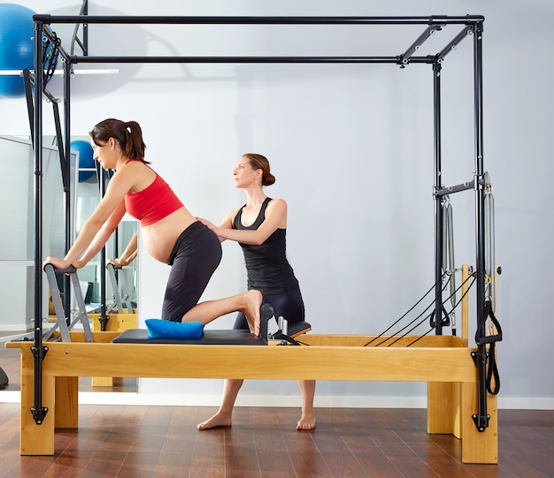 Femme enceinte pilates reformer exercice cadillac