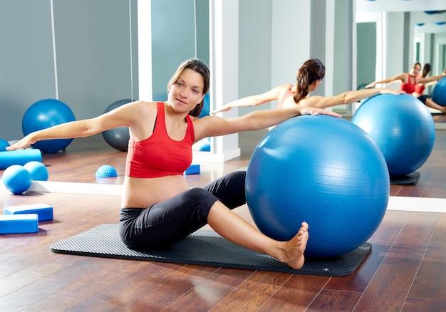 Femme enceinte pilates a vu la séance d'entraînement