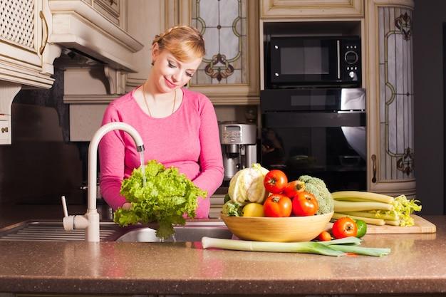 Une femme enceinte a préparé un dîner dans la cuisine. concept d'alimentation saine