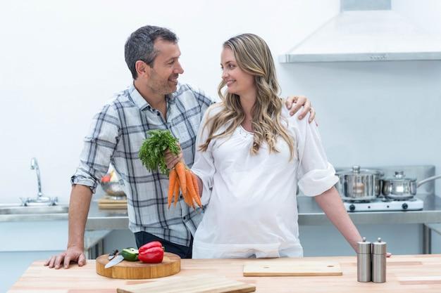 Femme enceinte, regarder, homme, tenue, carottes
