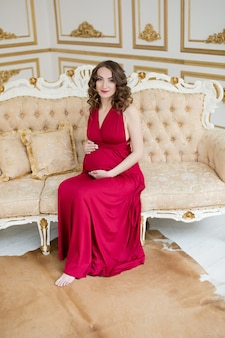 Femme enceinte en rouge