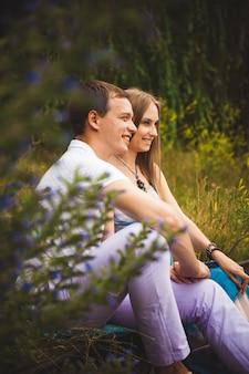 Femme enceinte avec son mari dans le parc.