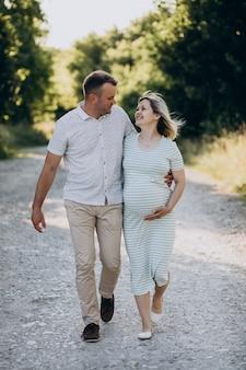 Femme enceinte avec son mari dans le parc