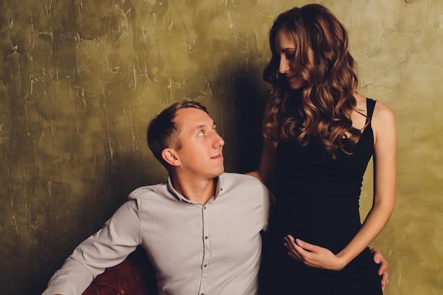 Femme enceinte, son mari, tenant son ventre