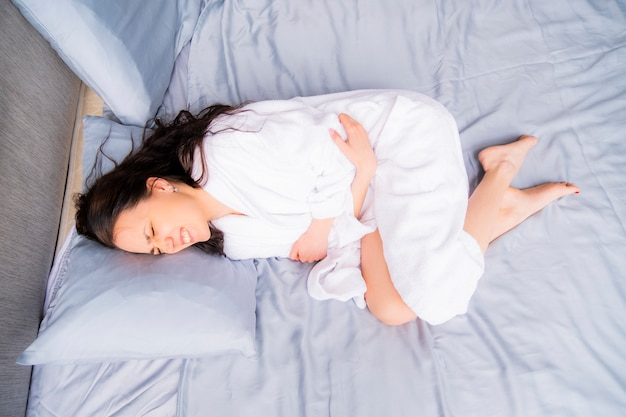 Femme enceinte souffrant de douleurs abdominales. douleur pendant la menstruation.