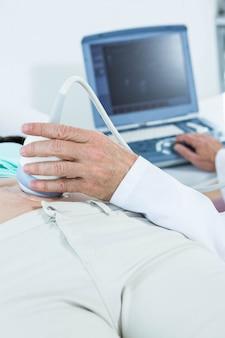 Femme enceinte subissant un test d'échographie à l'hôpital
