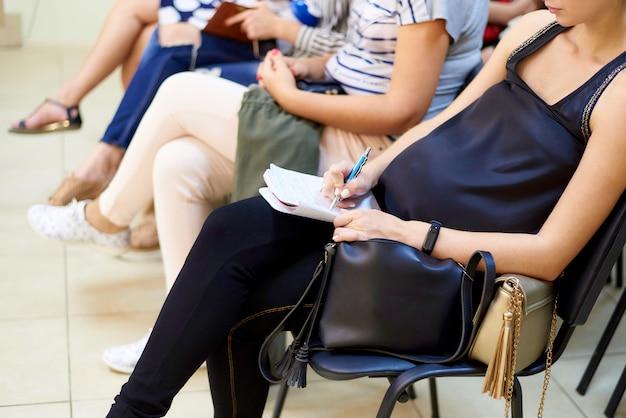 Une femme enceinte suit des cours pour femmes enceintes.