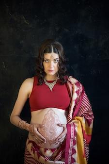 Femme enceinte, à, tatouage henné