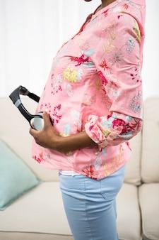 Femme enceinte, tenue, casque, ventre, divan