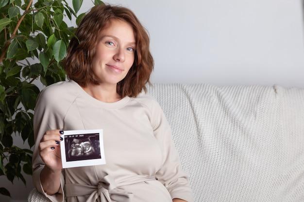 Femme enceinte, tenue, échographie, image