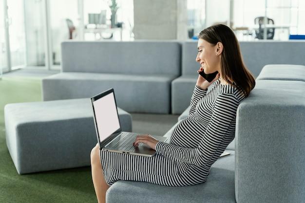 Femme enceinte, travailler, bureau