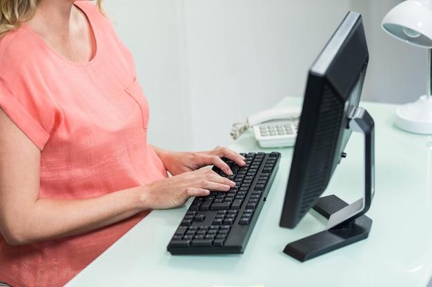 Femme enceinte, utilisation, ordinateur, bureau