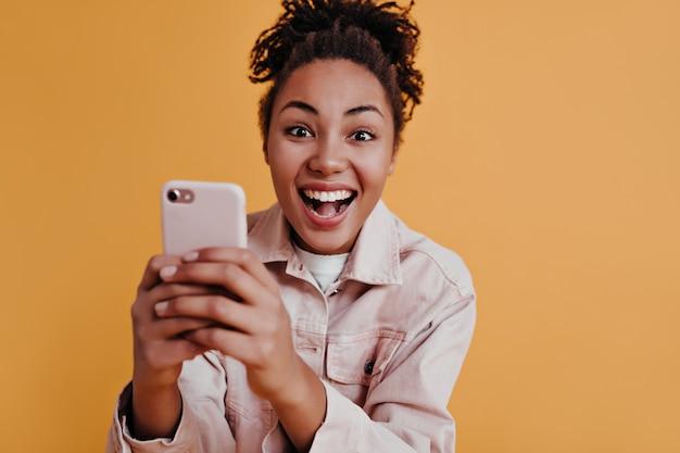 Femme enchanteresse à l'aide de smartphone