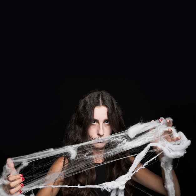 Femme enchevêtrement de fausses toiles d'araignée