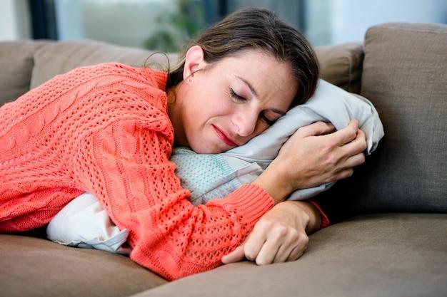 Femme endormie faire une sieste sur le canapé