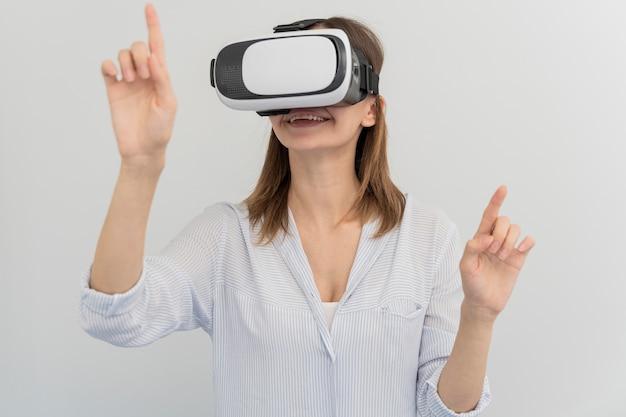Femme énergie innovante dans le style de réalité virtuelle