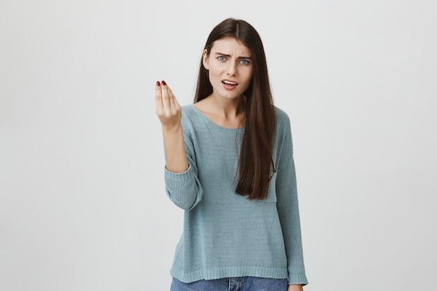 Femme énervée ayant une dispute, se plaignant