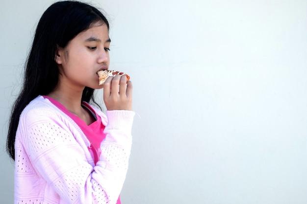 Femme d'enfant mangeant un hamburger
