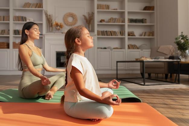 Femme et enfant plein coup méditant