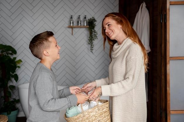 Femme et enfant souriants de coup moyen