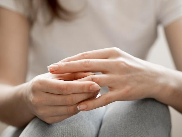 Femme enlevant la bague de mariage