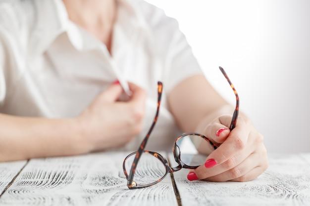 Femme, enlever, elle, lunettes