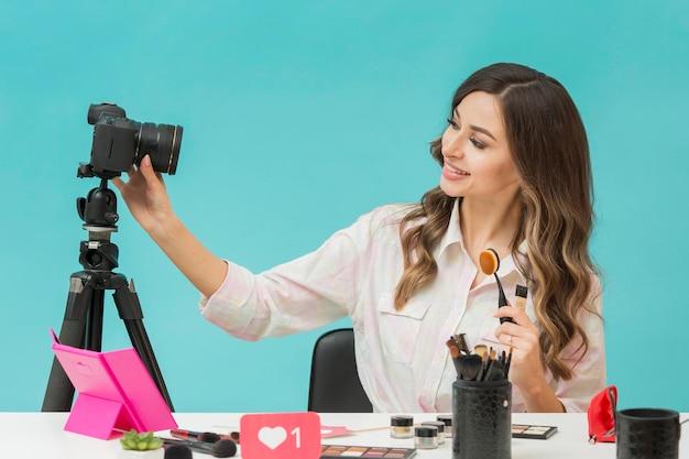 Femme, enregistrement, maquillage, vidéo, maison