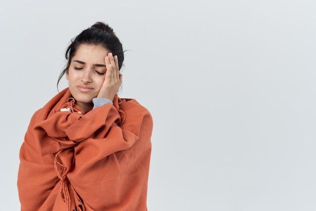 Une femme enrhumée s'est couverte d'un traitement de couverture pour problèmes de santé