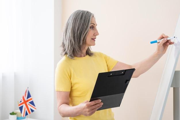 Femme enseignant des cours d'anglais en ligne à la maison