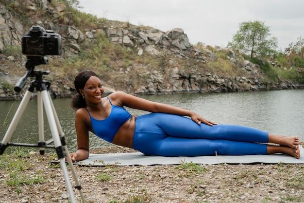 Femme enseignant à ses étudiants des poses de yoga