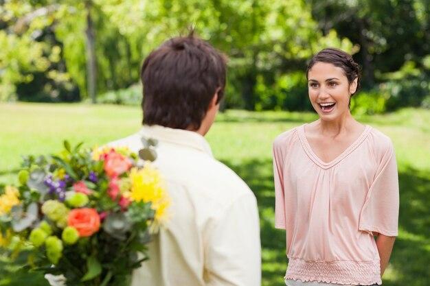 Femme enthousiaste alors qu'elle s'apprête à être surprise