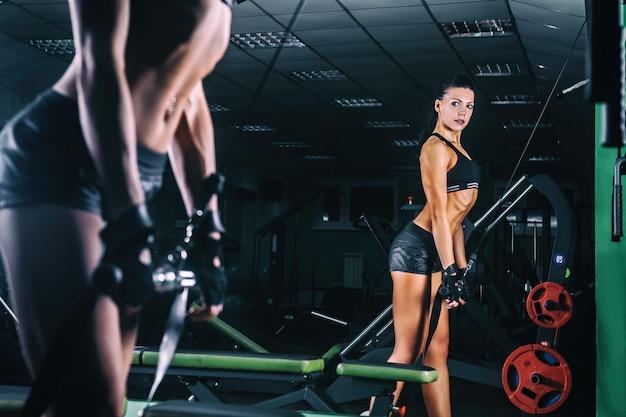 Femme, entraînement, entraîneur, muscles triceps, gymnase