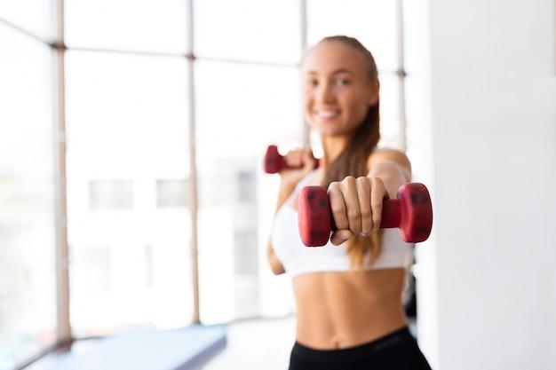 Femme, entraînement, à, poids, dans, gymnase