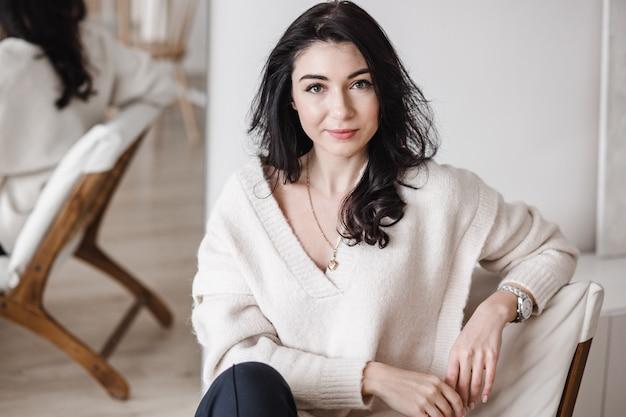 Femme entrepreneur assise dans un lieu de travail contemporain