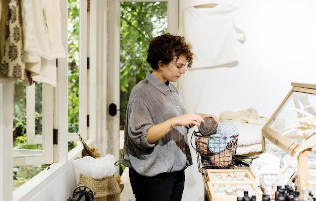 Une femme entrepreneur dans un magasin de vêtements