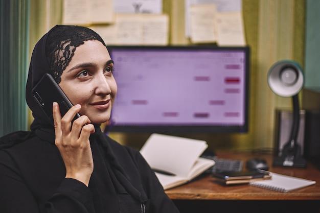 Femme entrepreneur du moyen-orient. femme d'affaires arabe occupée. femme en vêtements traditionnels arabes hijab ou abaya travaillant sur pc