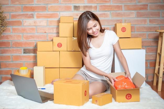 Une femme entrepreneur propriétaire d'une pme vérifie sa commande