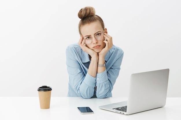 Femme entrepreneur réussie en chemise à col bleu