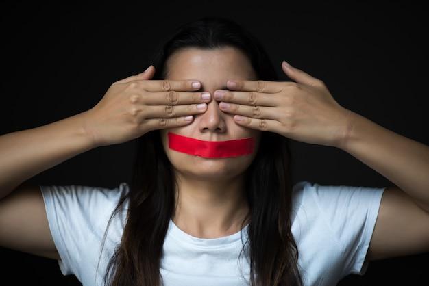 Une femme enveloppait sa monture de concept liberté d'expression, le jour des droits de l'homme.