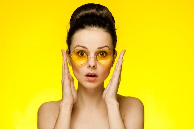 Femme, à, épaules nues, lunettes jaunes, émotions
